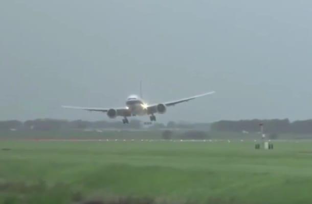 O włos od tragedii! Samolot podchodził do lądowania... bokiem [WIDEO]