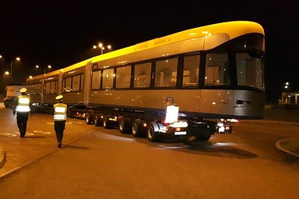 Przewozili autostradą prawie 50-metrowy tramwaj. Funkcjonariusze musieli ich zatrzymać [FOTO]