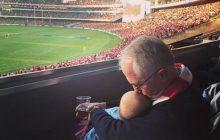 Premier z piwem i wnuczką. Przez to zdjęcie wybuchła burza!