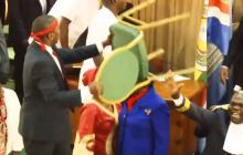 Uganda: dramatyczne wydarzenia w parlamencie. Politycy wykorzystali w walce nawet krzesła [WIDEO]