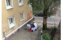 Muzułmanie modlili się na chodniku w Warszawie. Poseł PiS ma proste rozwiązanie.
