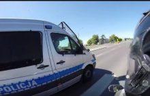 Motocyklista chciał ścigać się z... radiowozem. Jak zareagowali policjanci? [WIDEO]