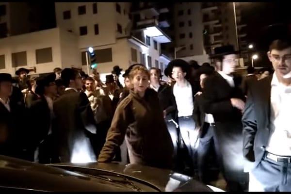 Jedna żołnierka kontra 30 protestujących mężczyzn. Rozprawia się z nimi w doskonały sposób! [WIDEO]