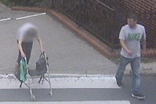 Zaoferował starszej kobiecie pomoc, później ją okradł. Policja szuka tego mężczyzny [FOTO]