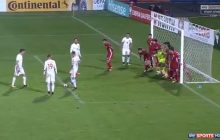 Taka sytuacja zdarza się niezwykle rzadko. W tej sposób Lewandowski strzelił bramkę z wolnego pośredniego! [WIDEO]