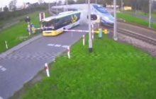 Skrajnie nieodpowiedzialne zachowanie kierowcy. Jego autobus utknął między szlabanami, on sam próbował... zatrzymać Pendolino! [WIDEO]