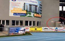 Skandaliczna sytuacja podczas meczu polskiej ligi. Chuligan strzelał do policjantów z... rakietnicy! [WIDEO]