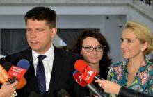 Dziennikarze tygodnika ujawniają kulisy spotkania posłów Nowoczesnej z prezydentem. Petru miał przekazać swojej koleżance kartkę z krótkim komunikatem