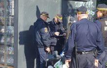 Kolejna interwencja Straży Miejskiej uwieczniona na fotografii. Tym razem czterech funkcjonariuszy poskramia groźnego sprzedawcę kwiatków