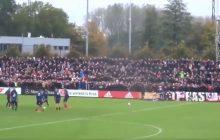 Coś niesamowitego. Kibice Ajaxu przyszli na trening przed meczem z odwiecznym rywalem i... zrobili prawdziwe show. Na piłkarzy podziałało! [WIDEO]