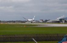 Pasażerowie tego samolotu przeżyli chwile grozy. Pilot lądował podczas huraganu, niewiele zabrakło, by doszło do tragedii [WIDEO]