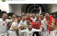 Grzegorz Krychowiak opublikował zdjęcie z szatni po zwycięstwie nad Armenią. Uwagę kibiców przykuł jednak Robert Lewandowski, a właściwie jego biceps