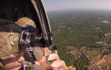 W ten sposób żołnierze elitarnej amerykańskiej formacji wojskowej ćwiczą skoki do wody. Z pokładu helikoptera [WIDEO]