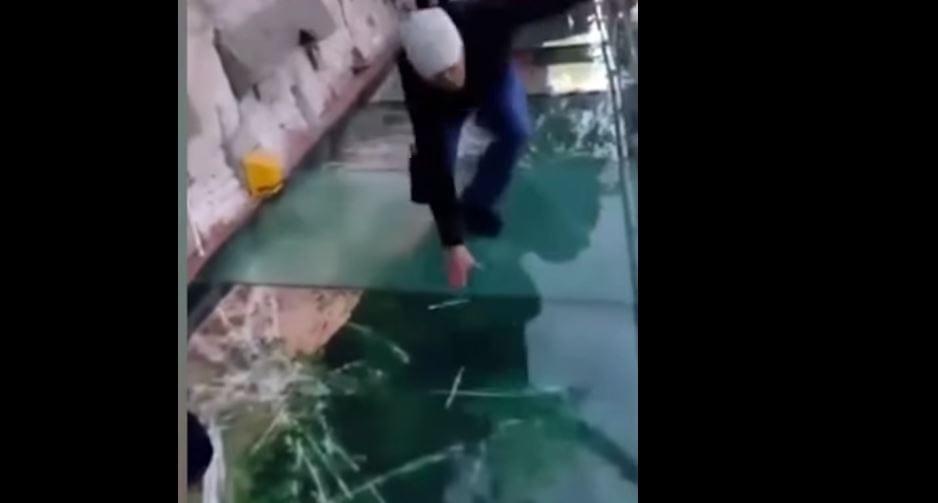 Chińczycy przygotowali dla turystów drastyczny żart. Szklana kładka pęka pod ich nogami kilometr nad ziemią! [WIDEO]