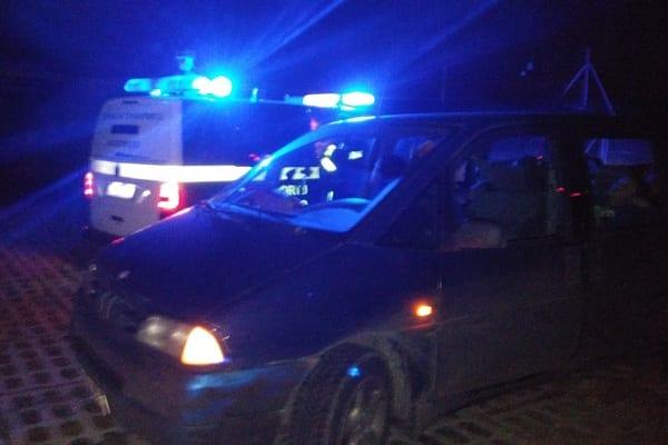 Funkcjonariusze nie wierzyli własnym oczom: kierowca pędził pod prąd po autostradzie. Wiózł 5-cioro małych dzieci