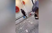 Przechodnie nie wierzyli w to co widzą. Szła ulicą i... ciągnęła dziecko po chodniku [WIDEO]