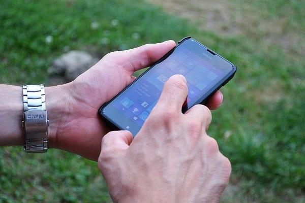 Bankowość w kieszeni: Polacy coraz więcej operacji wykonują na smartfonie