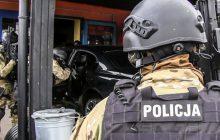 Policja publikuje nagranie rodem z filmów akcji! Na handlu ludźmi zarobił ponad milion złotych [WIDEO]