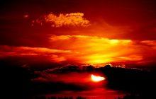 Internauci przesyłają zdjęcia niesamowitego zachodu słońca. Wiemy dlaczego niebo nad naszym kontynentem stało się czerwone