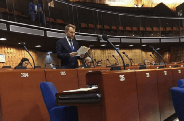 Poseł Nowoczesnej pochwalił się głosowaniem za rezolucją RE przeciwko Polsce. Internauci nie zostawili na nim suchej nitki