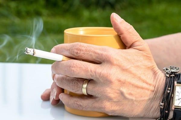 Papierosy i alkohol zabijają więcej ludzi niż narkotyki. Interesujące wyniki badania WHO