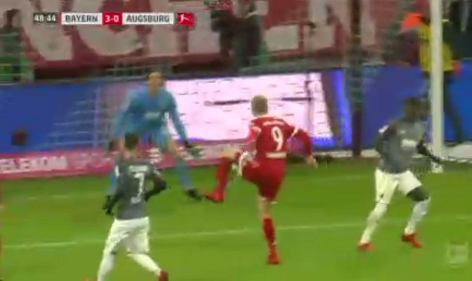 W nowej fryzurze też strzela! Dwa gole Roberta Lewandowskiego dla Bayernu Monachium [WIDEO]