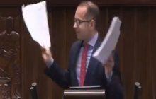 Reakcja internautów na zachowanie Michała Szczerby podczas posiedzenia Sejmu. Poseł PO rzucił kartkami o ziemię [KOMENTARZE]