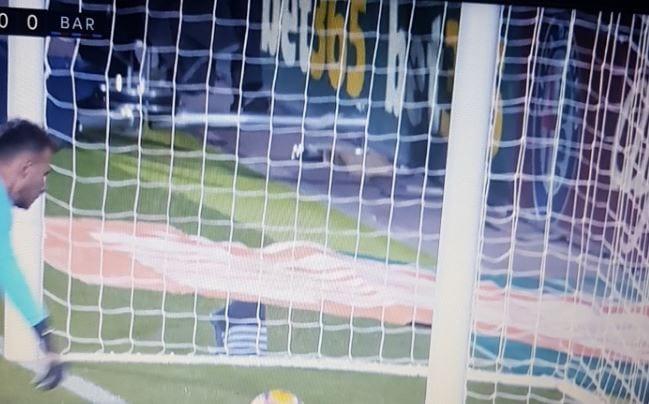Skandaliczna decyzja hiszpańskiego arbitra. Nie uznał Barcelonie prawidłowo zdobytego gola. To zdjęcie obiegło cały świat