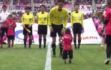 Przed meczem ligi japońskiej piłkę sędziemu podała... małpa. Całą sytuację obserwował Lukas Podolski [WIDEO]