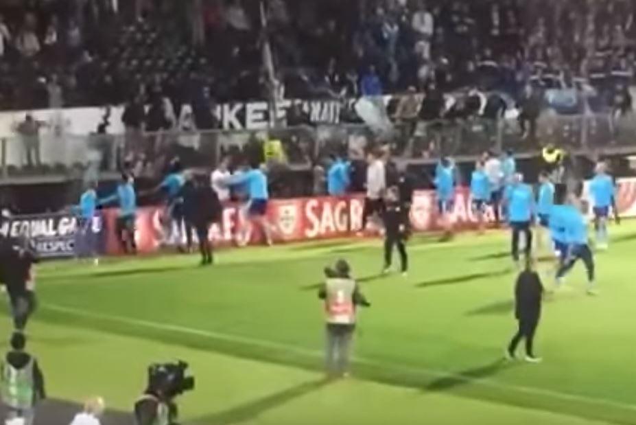 Piłkarz kopnął kibica swojej drużyny w głowę. Surowa decyzja władz klubu!