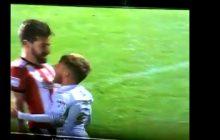 Zabawna sytuacja podczas meczu drugiej ligi angielskiej. W ten sposób zawodnik ośmieszył swojego niższego o głowę rywala [WIDEO]