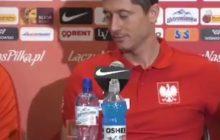 Co rozbawiło Roberta Lewandowskiego podczas konferencji prasowej? Piłkarz zerknął na ekran smartfona i... zaczął się śmiać [WIDEO]