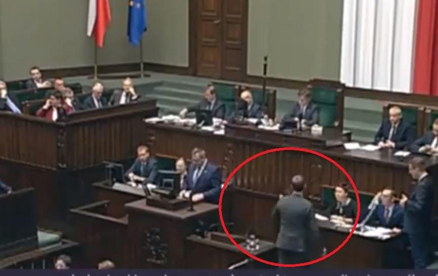 Awantura podczas posiedzenia Sejmu. Poseł PO skończył przemawiać, ale po chwili wrócił na mównicę.