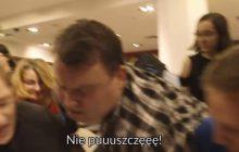 Bójka o darmowe książki w warszawskiej księgarni. Ludzie wyrywali je sobie z rąk! Spokojnie... to nie do końca tak, jak myślicie [WIDEO]