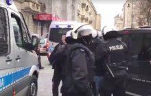 Grupa osób próbowała zablokować Marsz Niepodległości. Policja usunęła je z trasy. Słowa jednego z funkcjonariuszy wywołały oburzenie [WIDEO]