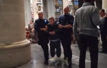 Skandal w Belgii. Katolicy wyprowadzenia z kościoła za... odmawianie różańca! [WIDEO]