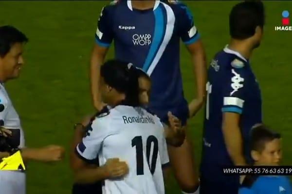 Ronaldinho wciąż czaruje! To nagranie z meczu gwiazd-emerytów podbija sieć [WIDEO]