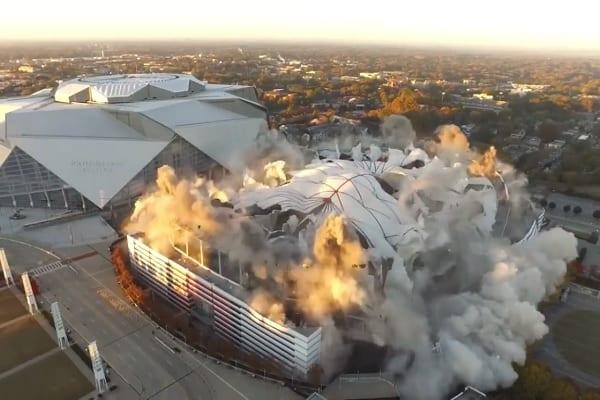 W ten sposób stadion przechodzi do historii. Ta eksplozja robi wrażenie! [WIDEO]