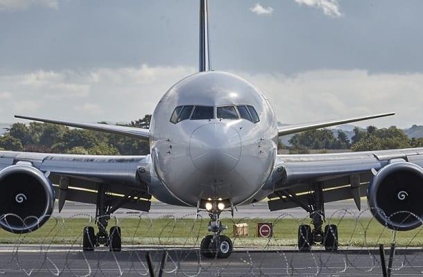 Niebezpieczna sytuacja podczas lądowania samolotu: piloci usłyszeli głośne uderzenie. Ptak dosłownie wbił się w kadłub maszyny [WIDEO]