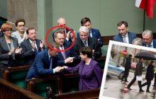 Internauci wyśmiewają wiceministra. Wszystko przez jedną fotografię z parasolem [FOTO]