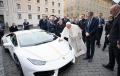 Takiego prezentu Ojciec Święty się nie spodziewał. Papież Franciszek otrzymał luksusowe auto. Wiemy co z nim zrobi
