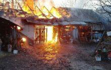 Policjant wyjechał traktorem z... płonącego budynku! Tak walczyli z pożarem