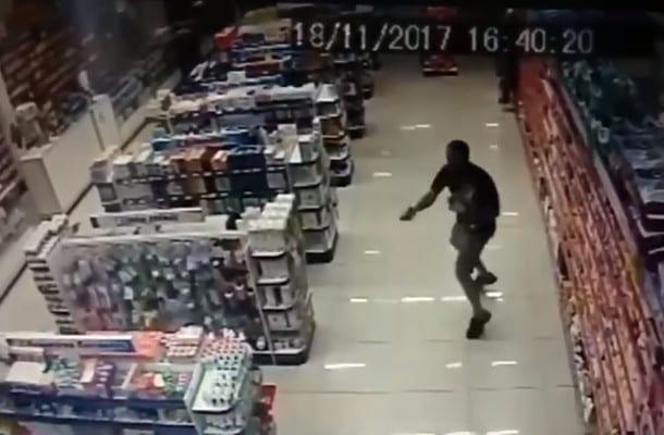 Policjant strzelał trzymając dziecko na ręku! Zabił dwóch bandytów. Wszystko zostało nagrane! [WIDEO]