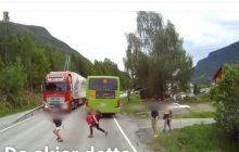 Dzieci wybiegły wprost przed rozpędzoną ciężarówkę. Wszystko nagrała kamera [WIDEO]