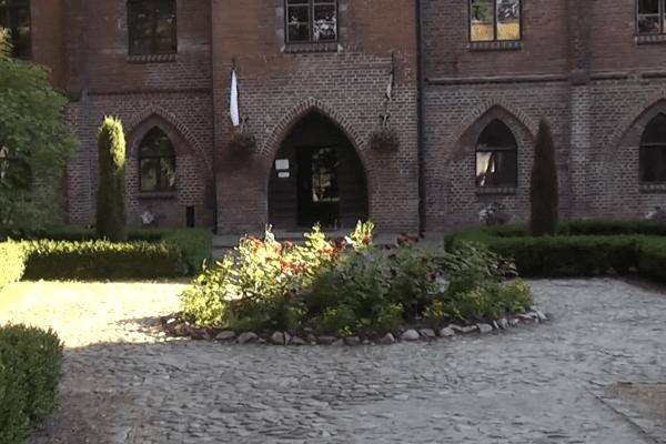 """Archeolodzy z Torunia znaleźli ślady grodu kultury łużyckiej w zamku krzyżackim! """"Nikt nie spodziewał się pozostałości osady obronnej"""""""