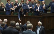 Minister ogłosił koniec komunizmu w Polsce. Aktorka nie wytrzymała: Policyjny piesku. Jedyne co umiesz to łasić się i podawać…