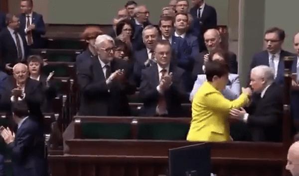 Wymowny gest Jarosława Kaczyńskiego po mocnym przemówieniu Beaty Szydło. Prezes PiS specjalnie wstał z miejsca [WIDEO]