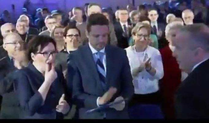 Nietypowa sytuacja podczas Rady Krajowej PO. Ewa Kopacz nie zauważyła kamer i wkopała Grzegorza Schetynę? [WIDEO]