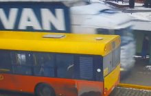 Kierowca ciężarówki ominął autobus... chodnikiem. Omal nie rozjechał ludzi na przystanku!