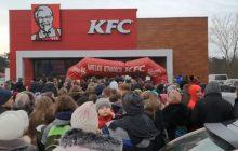Szturm na KFC w Józefowie! Padł dmuchany baner. Wszystko z powodu promocji na kubełek [WIDEO]